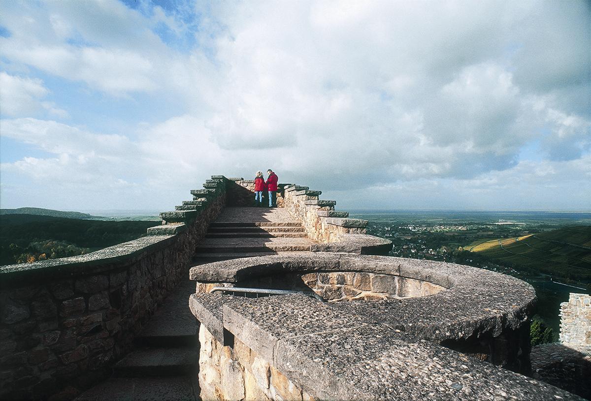 Schildmauer der Burg Badenweiler mit einem kleinen Treppenturm; Foto: Badenweiler Thermen und Touristik GmbH