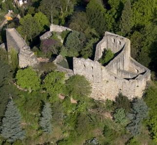 Luftansicht der Burg Badenweiler mit Palas und links der Schildmauer