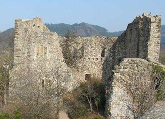 Mauern der Burg Badenweiler mit Rundbogenfenstern in der Mitte; Foto: Staatliche Schlösser und Gärten Baden-Württemberg, Corinna Greb