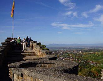 Begehbare Schildmauer der Burg Badenweiler mit kleinem Treppenturm rechts