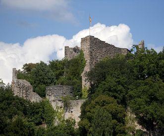 Teile der mächtigen Schildmauer der Burg Badenweiler