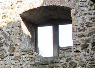 Ein Fenster mit steinerner Holzbank im ersten Obergeschoss der Burg Badenweiler